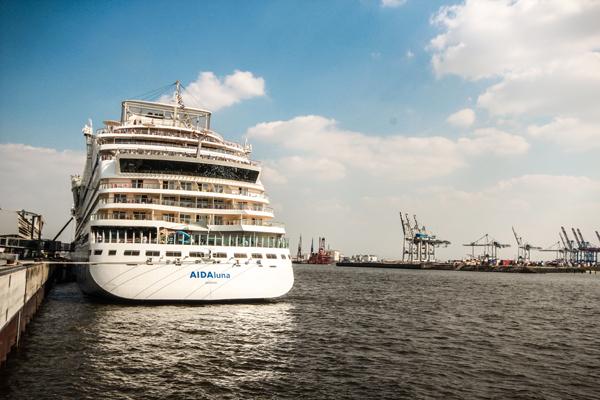 Kreuzfahrt mit AIDA Hamburg Hafen Abfahrt