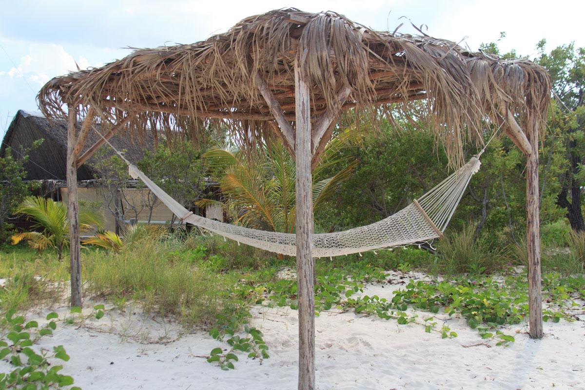 Hängematte mit Sonnenschutz am Strand von Cayo Levisa