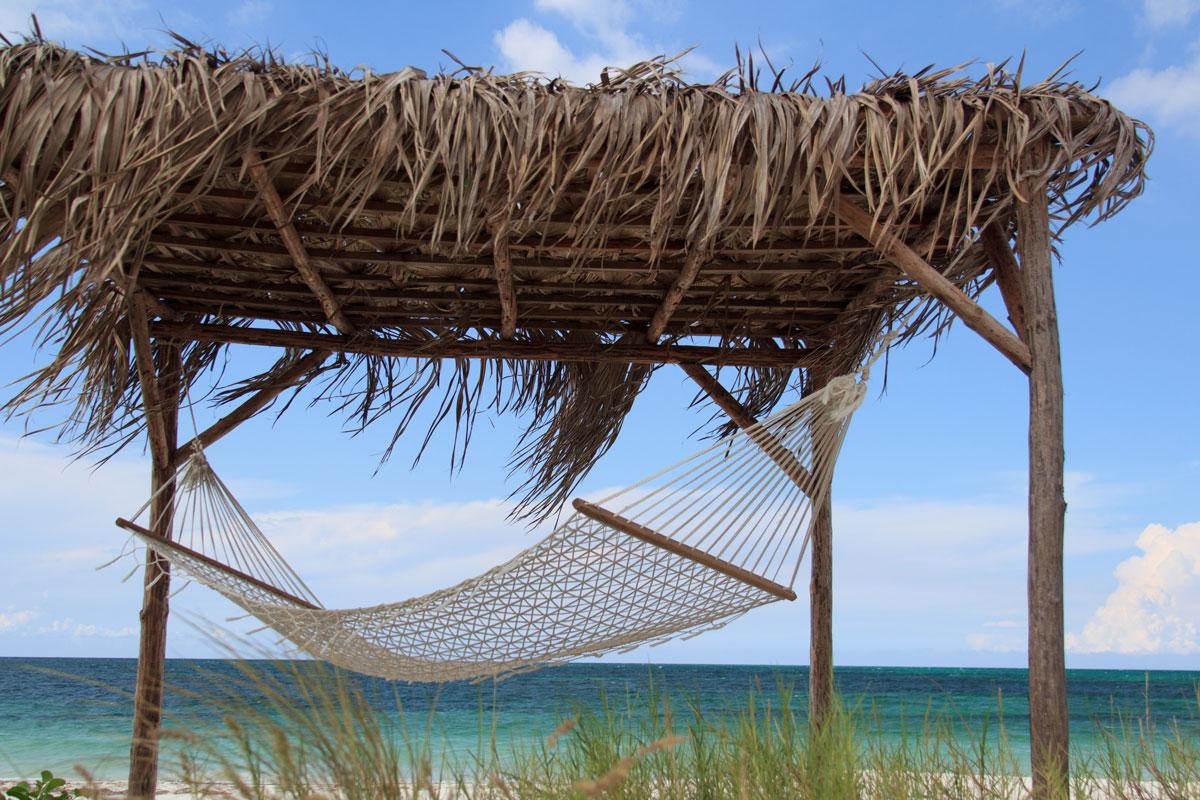 Hängematten und Liegen gibt es am einsamen Strand von Cayo Levisa
