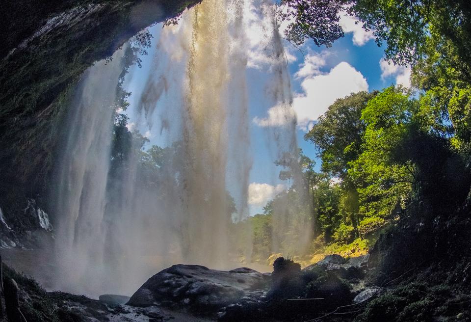 Misol-Ha hinter dem Wasserfall