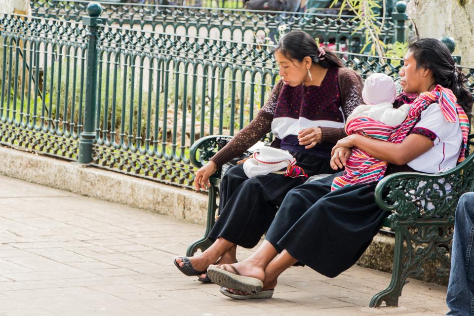 Frauen ruhen sich aus / Zocalo San Cristobal de las Casas Mexiko Reise
