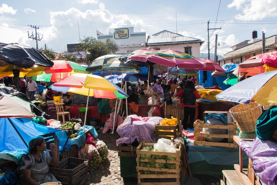 Schirme schützen vor der Mittagshitze in San Cristobal de las Casas