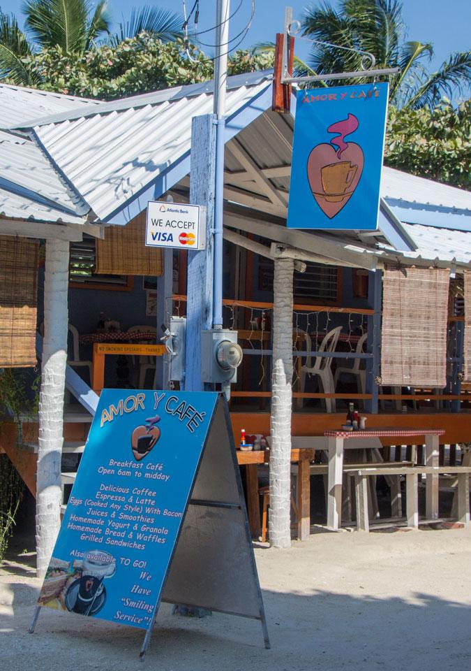 Der Eingang des Amor y Cafe auf Caye Caulker