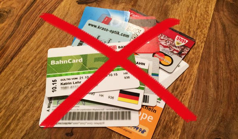 Geld verstecken auf Reisen - Karten aussortieren