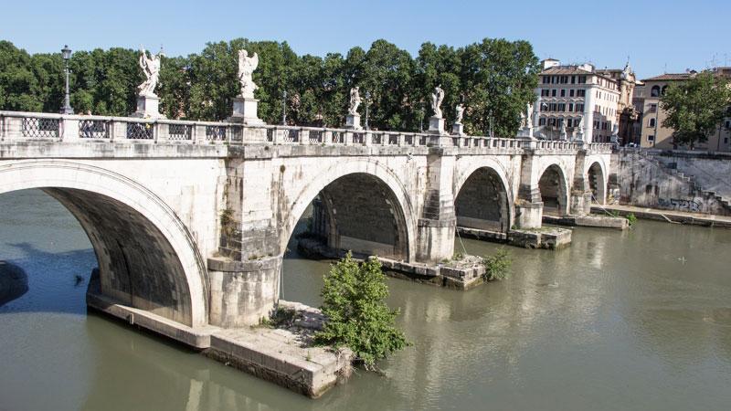 Die Engelsbrücke in Rom direkt bei der Engelsburg