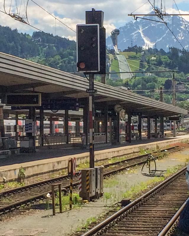Bahnhof in Innsbruck mit Blick auf die Bergisel Schanze