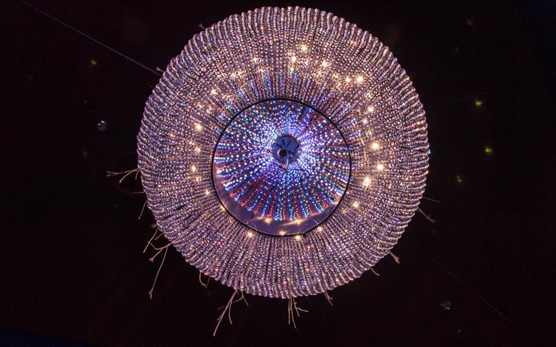 swarowskis kristallwelten wattens leuchter von unten