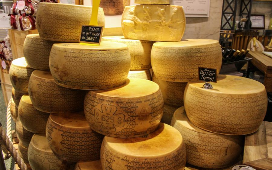 Eataly in New York: Feinkost Käse in Massen