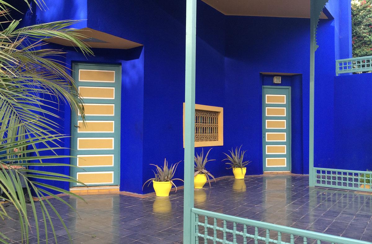 Marrakesch Sehenswürdikgeiten jardin Majorelle mit knalligen Farben