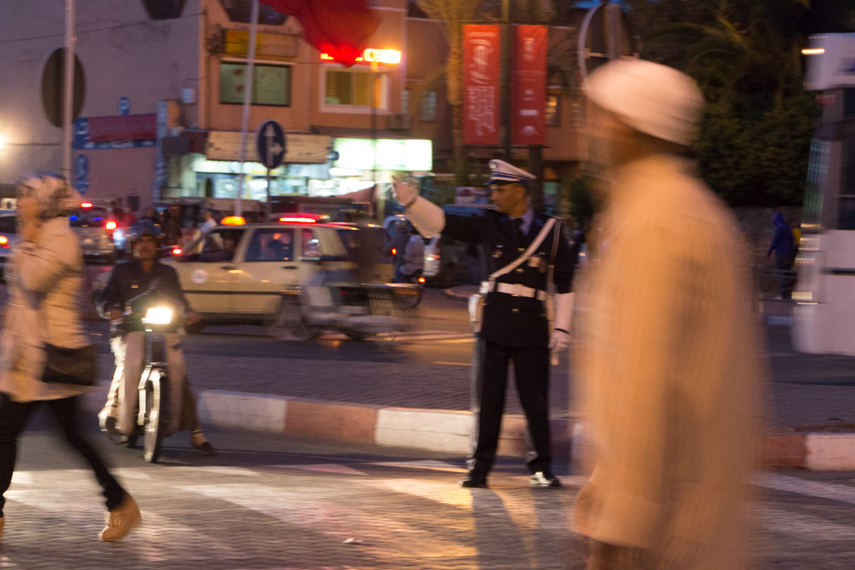 Chaotische Verhätlnisse auf Marrakeschs Straßen. Der Verkehr wird hier noch per Handzeichen geregelt