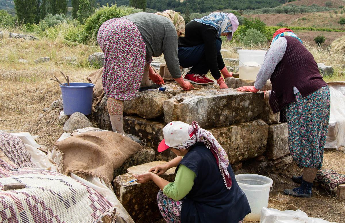 sardes-artemis-tempel-steine-putzen