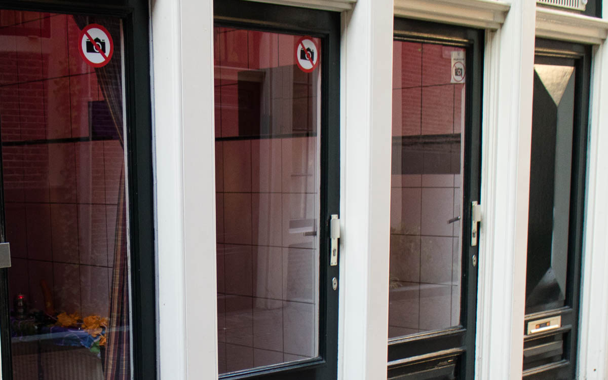 Amsterdam Sehenswürdigkeiten Rotlichtviertel Fenster