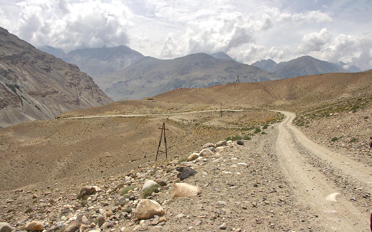 Richtung Kargush Pass nach oben - Pamir Highway Pamirgebirge