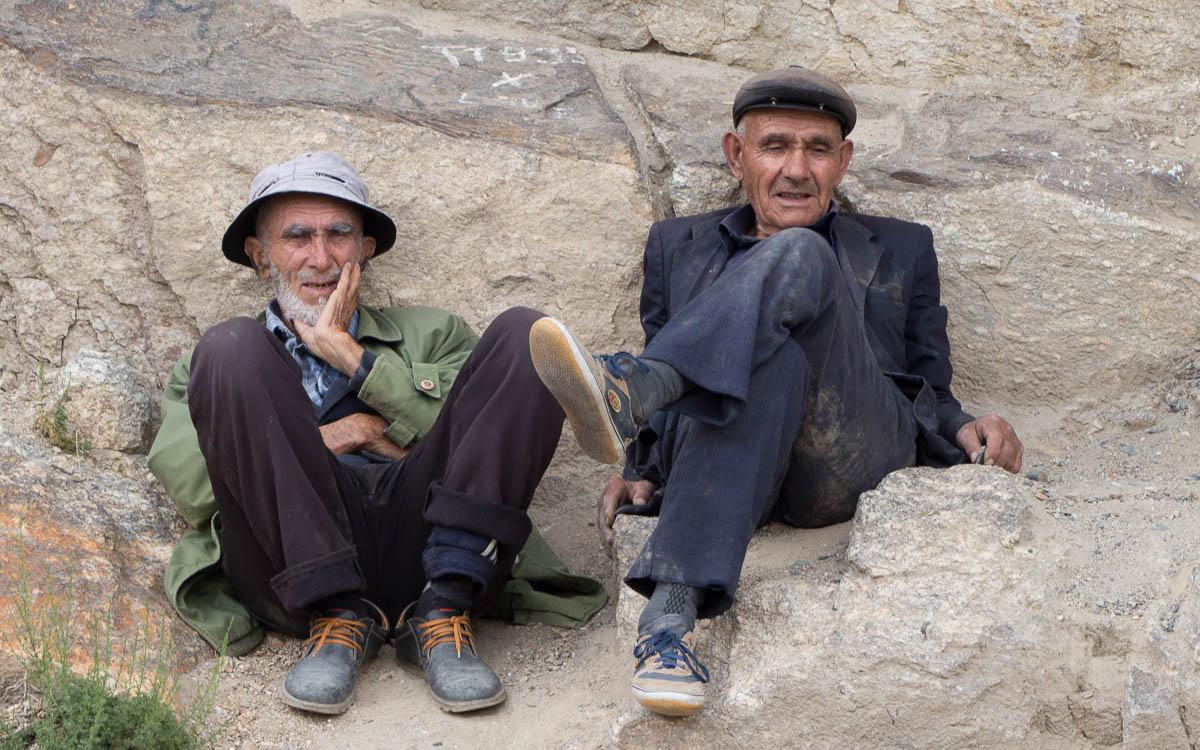 tadschikistan männer am straßenrand
