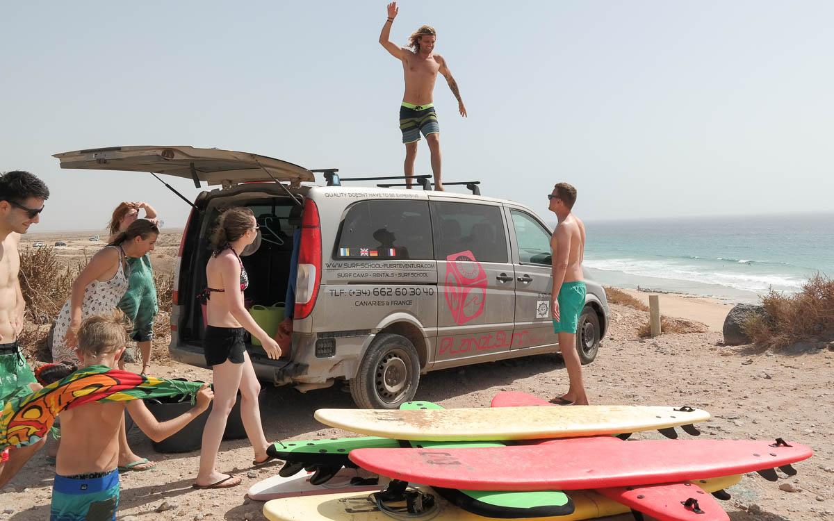 Surfen Fuerteventura Surfschule Surfbrett abladen