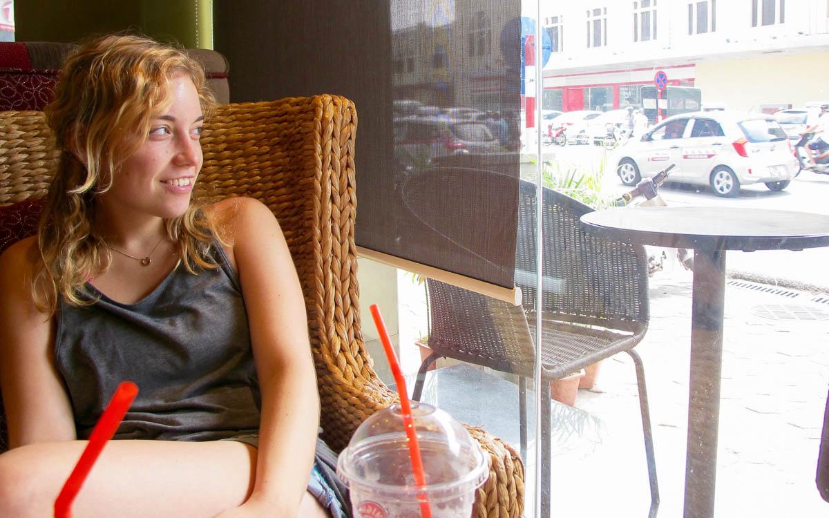 Backpacking Vietnam Hanoi - Entspannen im Cafe