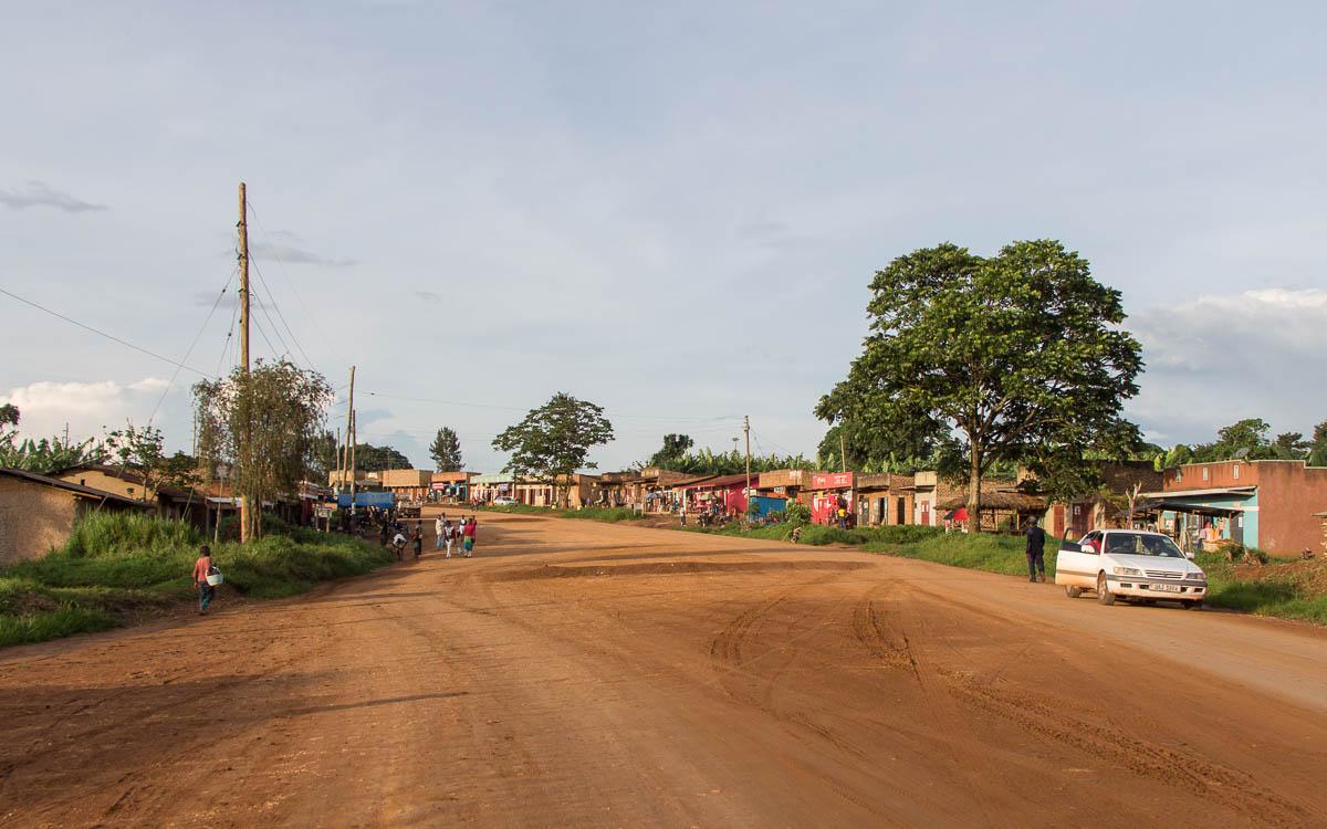 Weg zur Teefabrik bei Fort Portal
