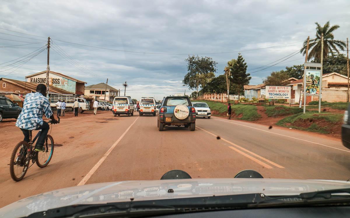 matatus auf dem weg von entebbe nach kampala