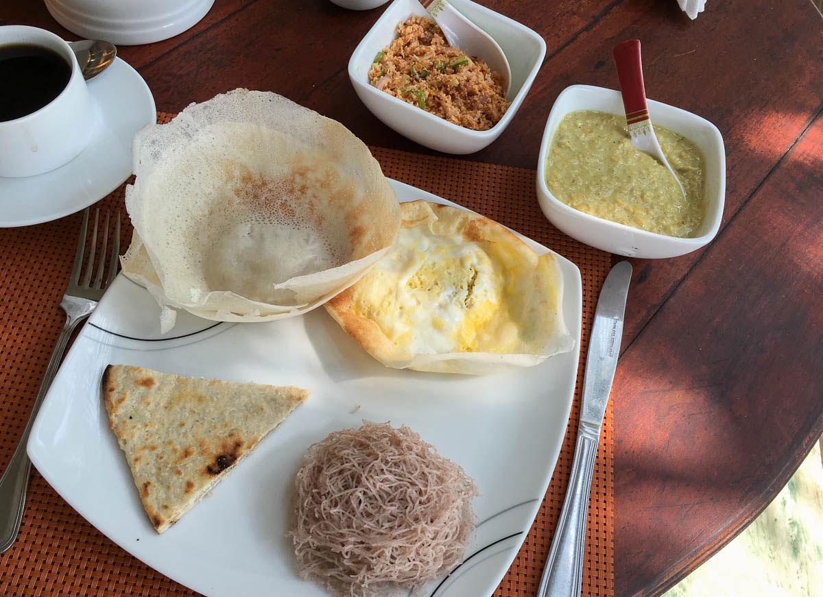 Frühstück Sri Lanka Hopper Curry und Sambol