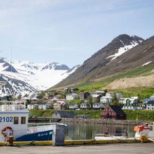 """Siglufjörður nSiglufjörður (dt. """"Schiffsmastfjord"""") ist die nördlichste Stadt Islands."""