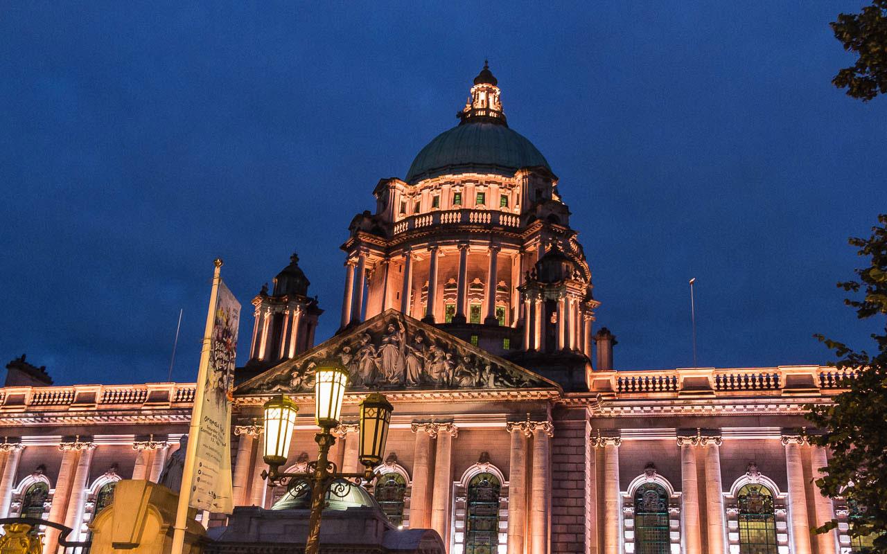 Rathaus von Belfast bei Nacht