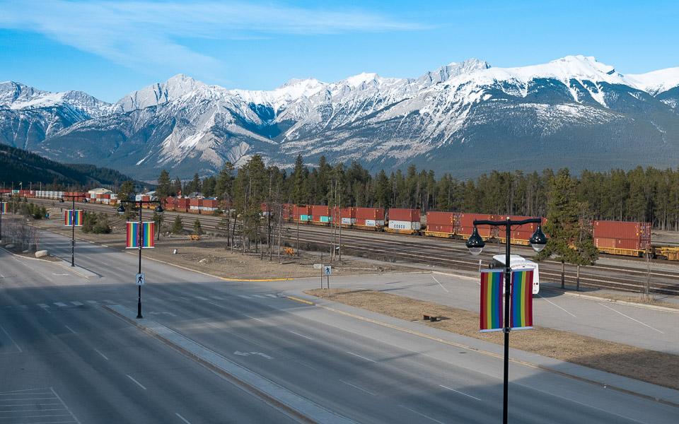 Ein vorbei fahrender kilometer langer Zug in Jasper