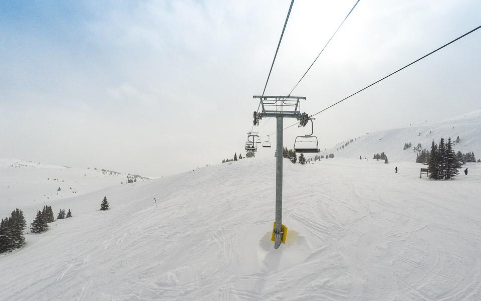 Breite und leere Skipisten in Sunshine Village (Banff)