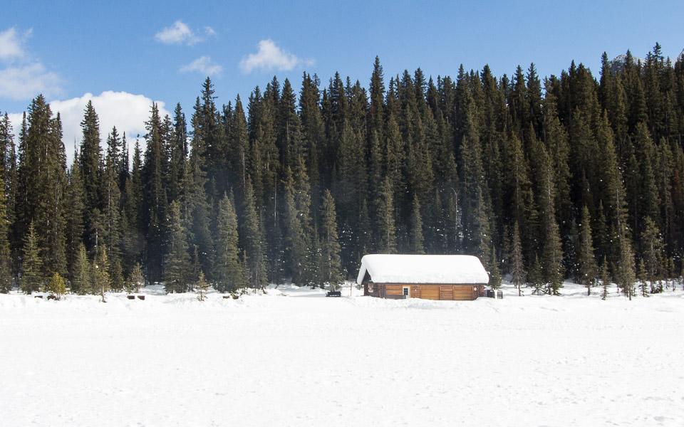 Lake Louise im Winter zugefroren und idyllisch