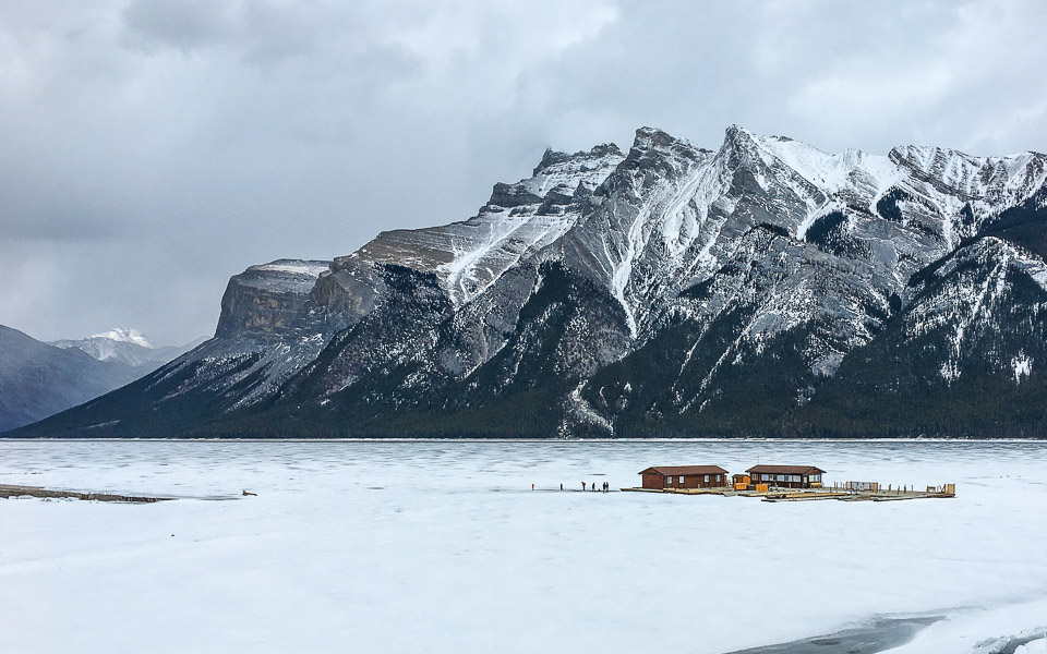Gefrorener Lake Minnewanka im Winter