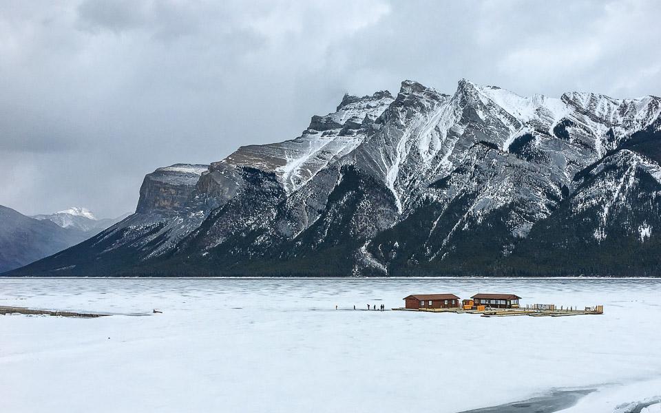 Gefrorener Lake Minnewanka im Winter (Rocky Mountains Kanada)