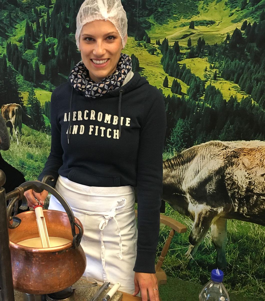 Käseschule Oberstaufen Isa stellt Käse her
