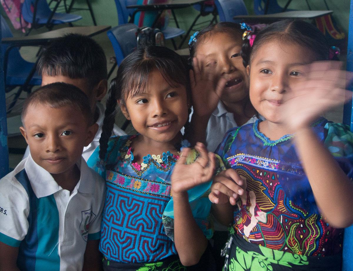 San Blas Inseln Guna Yala Hauptstadt neugierige Kinder