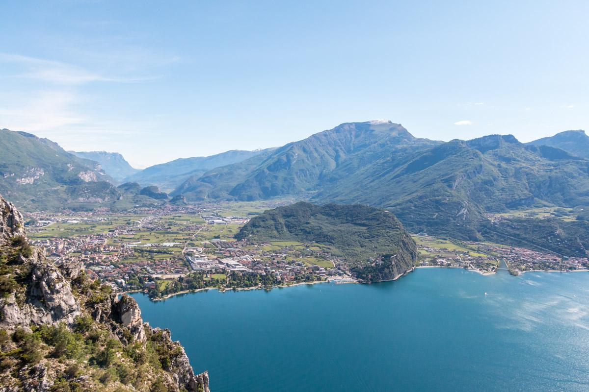 Gardasee Tipps: Aussicht vom Cima Capi auf Torbole und Riva del Garda