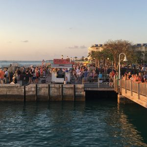 florida-key-west-touristen-mallory-square-sonnenuntergang