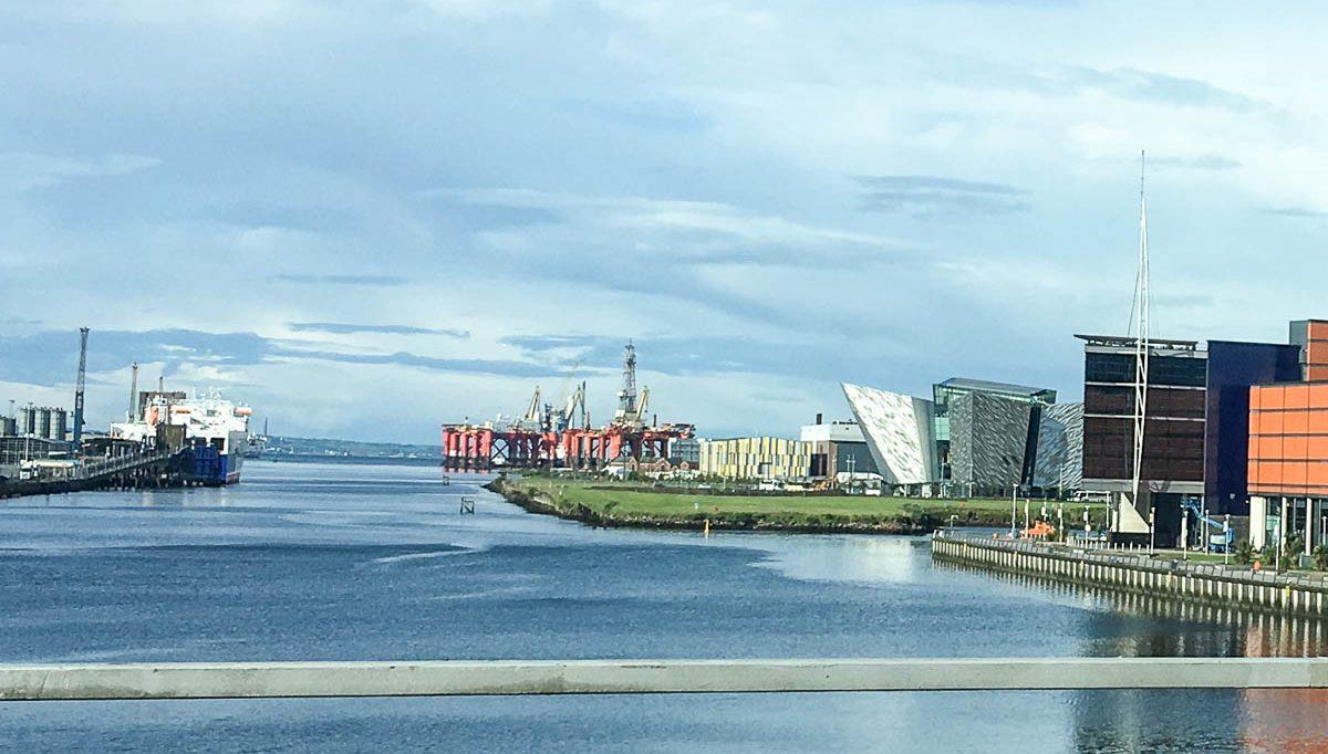 Belfast Sehenswürdigkeiten Ausblick Titanic Museum Hafen