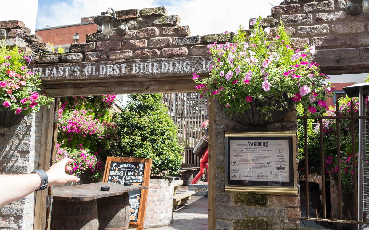 Belfast Pubs Eingang zu Belfast's Oldest Building