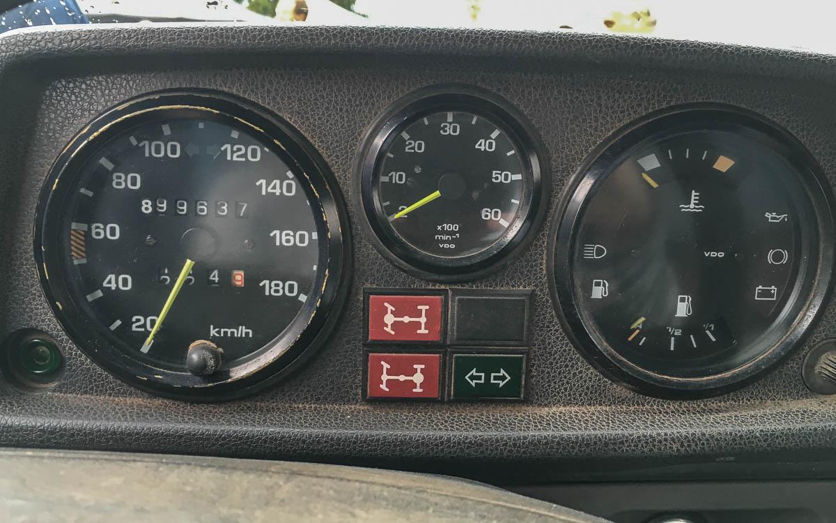 """Armaturenbrett von """"Otto"""" die Zahl am Tacho wir immer wieder direkt bei Mercedes-Benz abgeholt und aufgeklebt"""