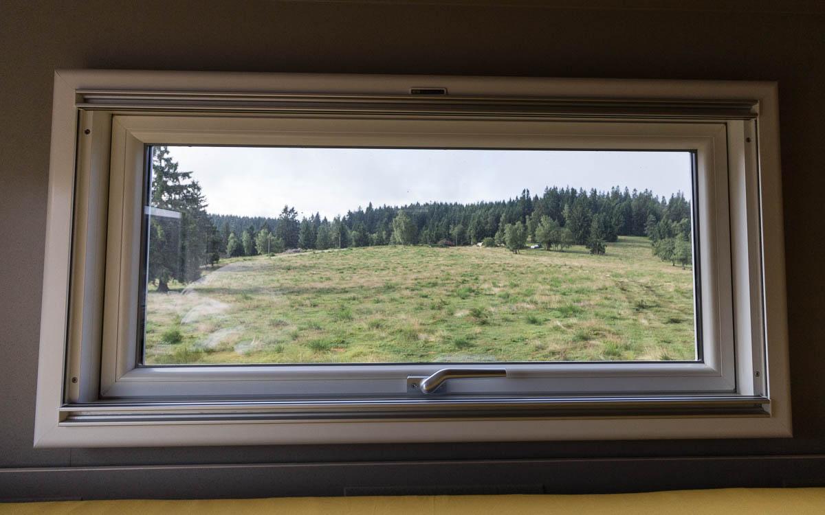 unimog-innen-bett-ausblick-schwarzwald
