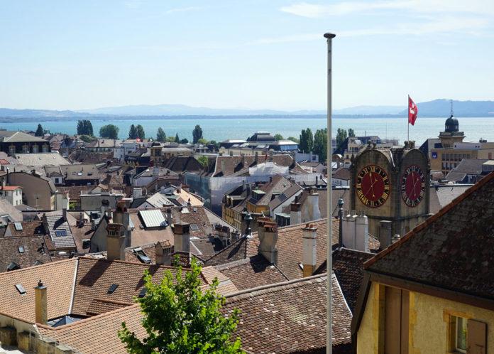 Neuchâtel Sehenswürdigkeiten Blick auf Neuenburger See und Stadt