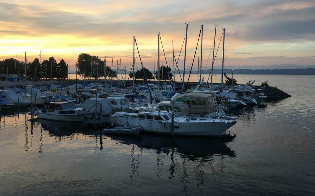 Neuchatel Sehenswürdigkeiten Neuenburger See am Morgen