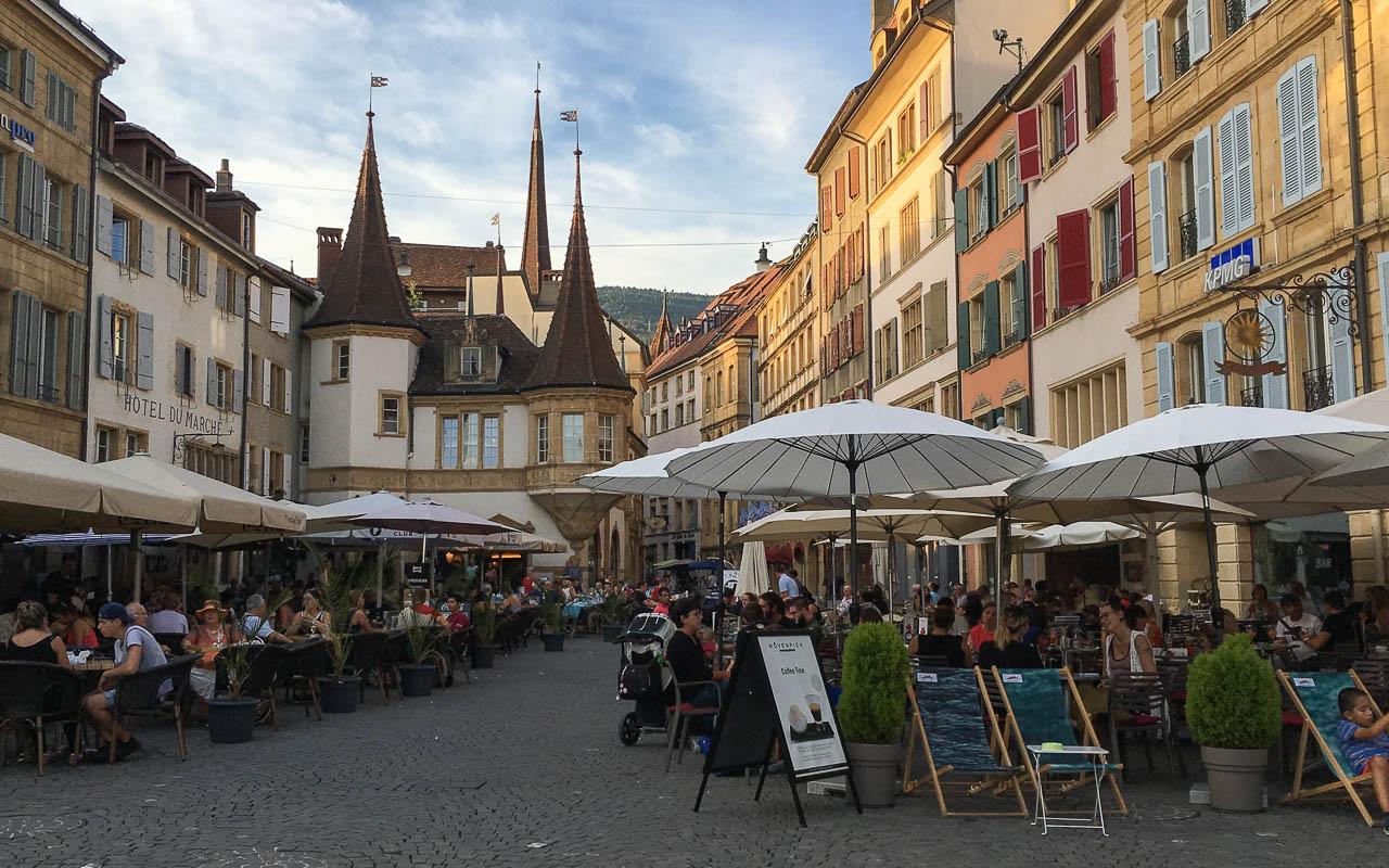 Neuchatel Sehenswürdigkeiten Altstadt gemütliche Plätze