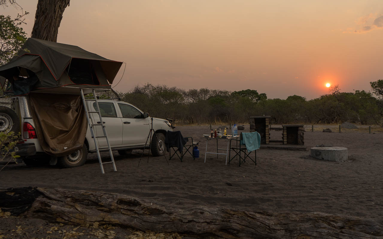autofahren-botswana-auto-dachzelt-sonnenuntergang