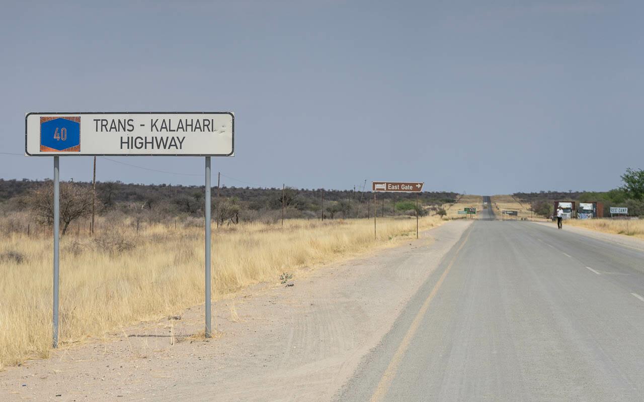 autofahren-botswana-trans-kalahari-highwayachtung-tiere