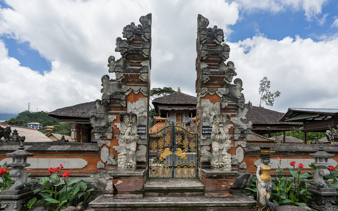 besten-ausfluege-ubud-tempel-eingang-pura-ulun-danu-bratan