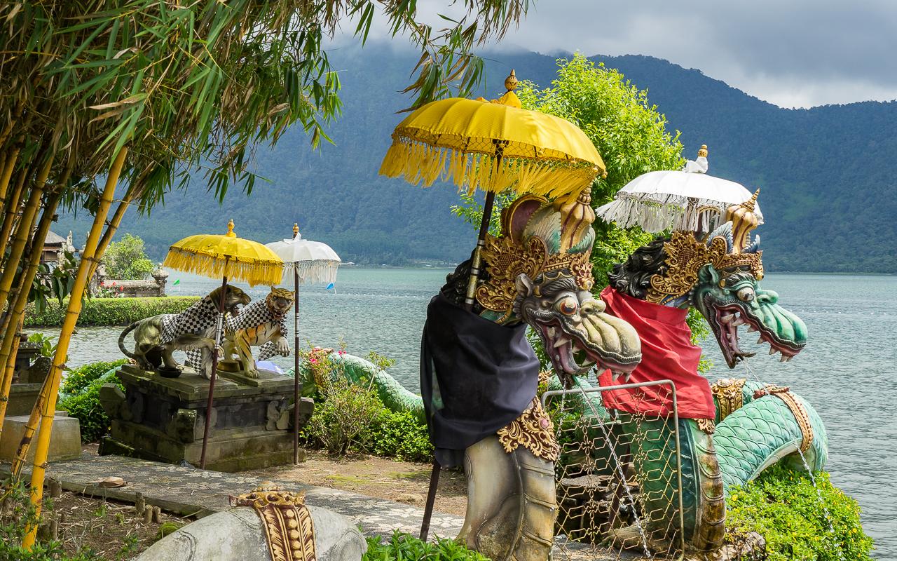 besten-ausfluege-ubud-tempel-figuren-pura-ulun-danu-bratan