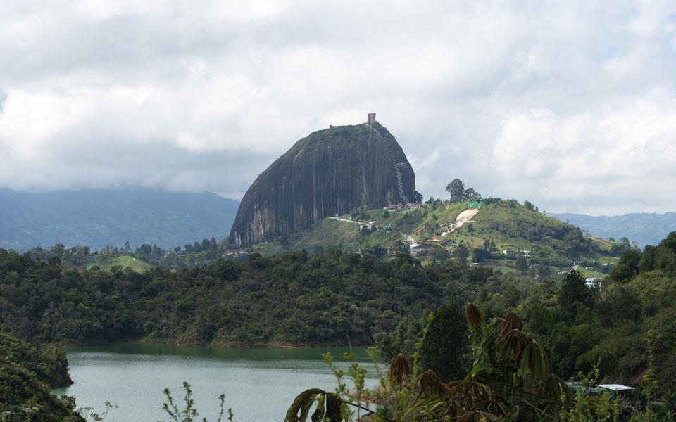 Blick von unten auf La Piedra del penol