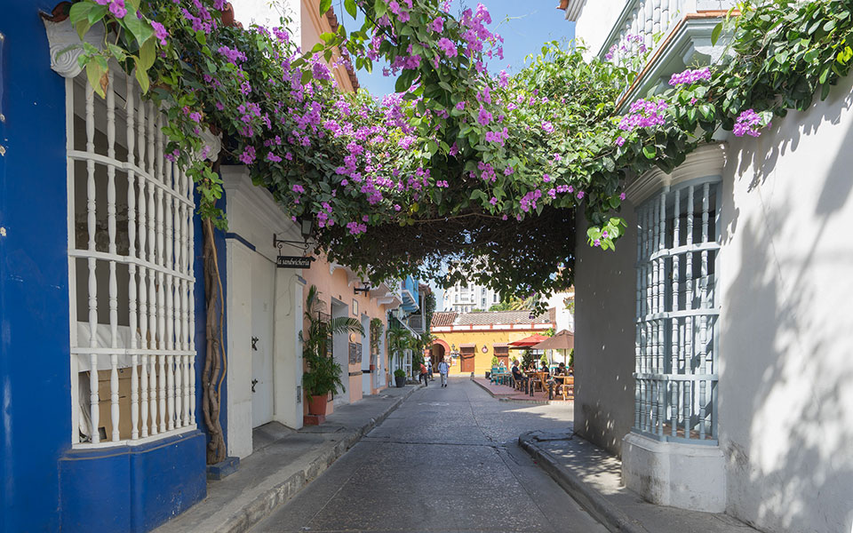 Cartagena Kolumbien, bunte Häuser und Blumen
