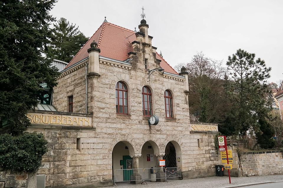 Eingang zur Schwebebahn in Dresden Loschwitz