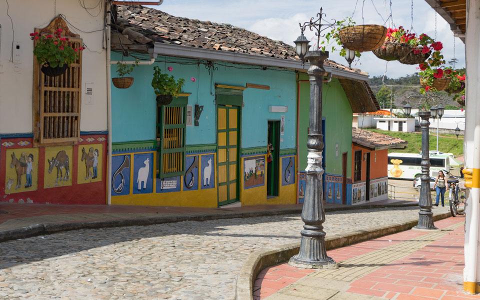 Bunte Straßen in Guatape erkunden