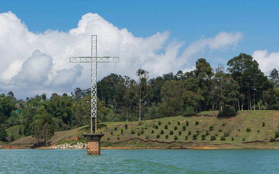 Stausee Guatape Kreuz Erinnerung altes Dorf